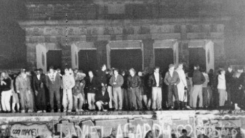 Berlineses de ambos lados encaramados al muro el 11 de noviembre de 1989
