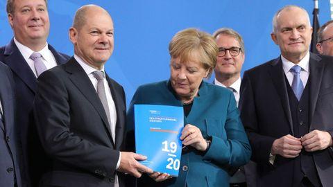El ministro  de Finanzas, el socialdemócrats Olaf Scholz, y Angela Merkel