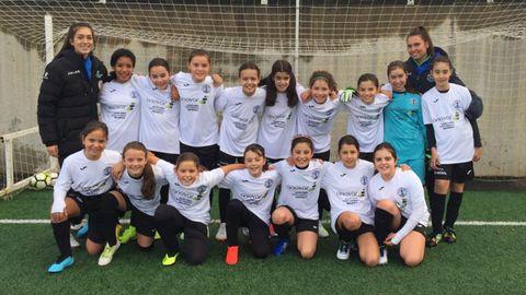 El Alevín femenino y sus entrenadoras, Alba Taibo y Laura López (a la derecha), jugadoras del Xuventude Femenino