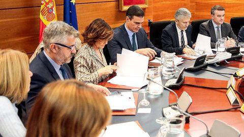 - El jefe del Ejecutivo en funciones, Pedro Sánchez, c-iz, preside este sábado en La Moncloa una reunión del Comité de Coordinación sobre la situación en Cataluña,