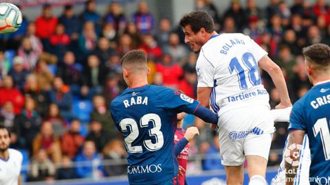 Christian Fernández remata para anotar el 2-1 ante el Huesca