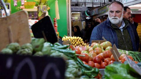 El cocinero José Andrés , que se encuentra en València para participar en la Feria Gastrónoma 2019 , ha visitado hoy el Mercado Central de la ciudad