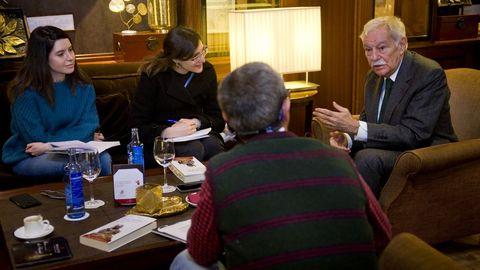 Eduardo Mendoza durante su encuentro con la prensa de A Coruña en su gira de presentación de «El negociado del yin y el yang»