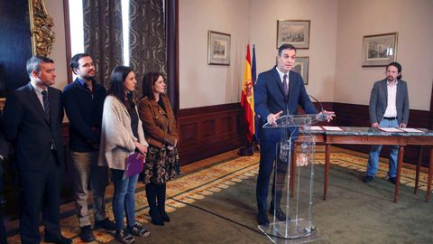 Iván Redondo, Alberto Garzón, Irene Montero y Adriana Lastra asistieron a la firma del acuerdo