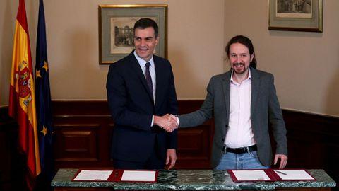 Apretón de manos entre Pedro Sánchez y Pablo Iglesias tras la firma del preacuerdo el pasado 12 de noviembre