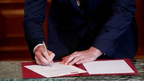 Detalle de la firma del acuerdo