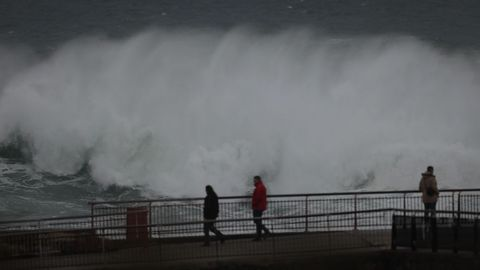 Fuerte oleaje en el Paseo Marítimo de A Coruña