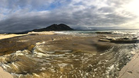 La laguna de Louro vacía sus aguas en el mar. Un fenómeno que se produce solo dos veces al año