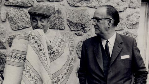 Neruda, con Camilo José Cela en 1969