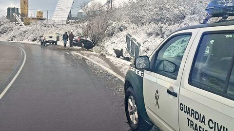 Complicaciones de tráfico en A Gudiña.La conductora, que circulaba por la A-52 (en su ramal de la salida 125 en A Gudiña) frenó bruscamente y perdió el control del vehículo. Afortunadamente resultó ilesa