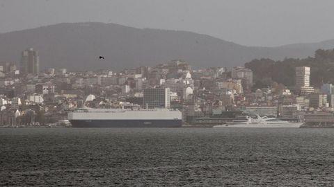 Vista del oleaje en la Ría de Vigo desde Moaña