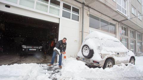 Los vecinos han tenido que retirar la nieve de las entradas de sus garajes