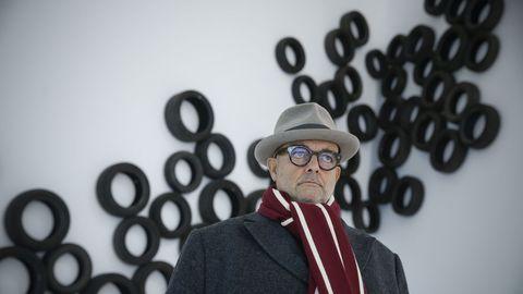 El artista portugués Cabrita Reis posa ante una de sus obras en el CGAC