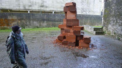 Un peregrino pasa ante una de las obras que Cabrita Reis realizó en los exteriores del museo