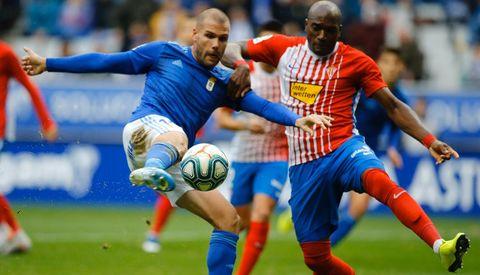 Ortuño remata a portería ante la oposicion de Babin en el Oviedo-Sporting de 2019