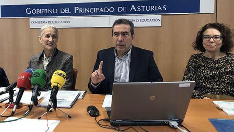 La consejera de Educación del Principado, Carmen Suárez, junto al presidente del Consejo Escolar, Alberto Muñoz, y la secretaria del Consejo, Angélica Álvarez
