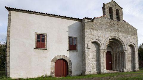 Otro aspecto de la iglesia de San Paio y del palacio, cuya fachada fue restaurada en el 2015