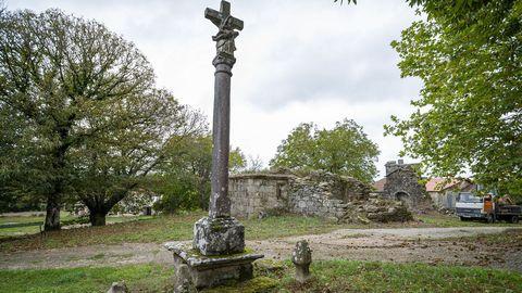 Un cruceiro de granito del siglo XIX cerca de las ruinas de la iglesia de Montecelo
