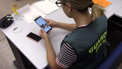 ESTAFAS EN LA RED El año pasado se detectaron más delitos en las compras a través de Internet. En la foto, una agente investiga una estafa cometida desde un móvil