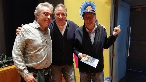Nonito Pereira con su hijo Nonito Pereira Jr y Carlos Goñi (Revólver) en la presentación de la asociación cultural que lleva su nombre