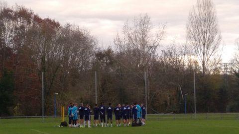Los jugadores del Real Oviedo durante la charla de Javi Rozada