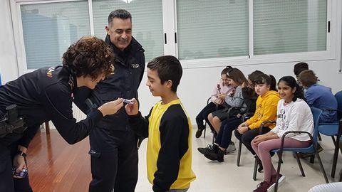 Agentes de Vigo entregan el carné de ciberexpert@ a los alumnos de primaria de un colegio de Vigo que siguieron un curso para visualizar los riesgos de la Red