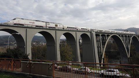 Los Alvia seguirán circulando por Galicia al estar la red interna de alta velocidad en ancho ibérico. En la imagen, un S-730 en el viaducto del Miño, en Ourense