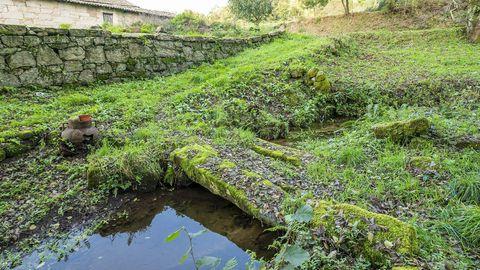 Una de las pasarelas de piedra que cruzan el arroyo de Baldomar