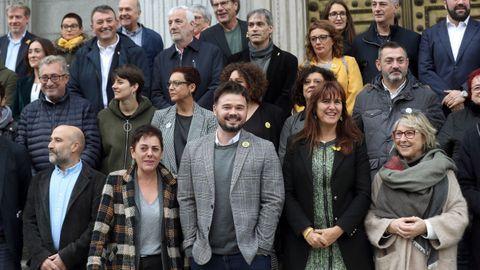 Néstor Rego (BNG), Mertxe Aizpurua (EH Bildu), Gabriel Rufián (ERC) y Laura Borràs (JxCat), en una foto de familia ante el Congreso con parlamentarios de estas cuatro fuerzas políticas