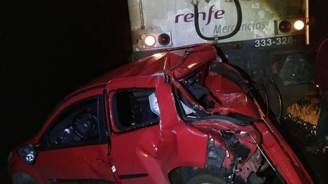 Este coche circulaba por las vías del tren hasta que fue embestido por una locomotora. El conductor dio positivo en drogas y alcohol.