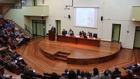 El rector, Santiago García Granda, interviene ante el claustro