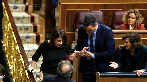 Adriana Lastra, ayudada por Pedro Sánchez, levantándose tras tropezarse y caerse cuando iba a votar