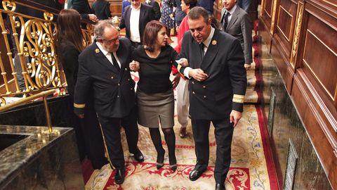 Adriana Lastra ayudada a salir del Congreso
