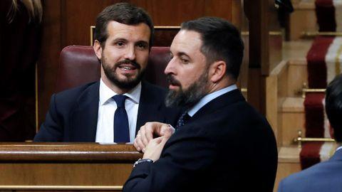 El presidente del Partido Popular, Pablo Casado, y el líder de Vox, Santiago Abascal, conversan durante la sesión