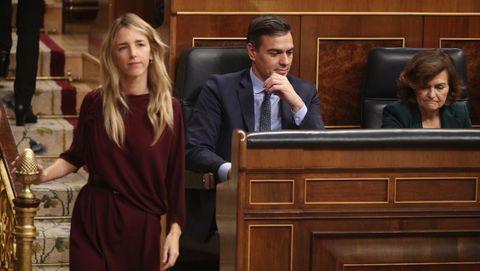 La portavoz parlamentaria del PP, Cayetana Álvarez de Toledo, pasa junto a Pedro Sánchez