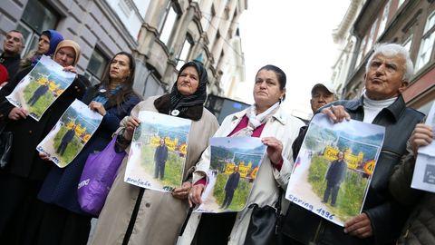 Representantes de una asociación de víctimas y supervivientes del genocidio serbio enarbolan la foto de Handke en Srebrenica, durante una de las protestas celebradas estos días en Sarajevo ante la Embajada sueca en Bosnia-Herzegovina