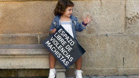 Una niña con un cartel contra la violencia machista en Cambados