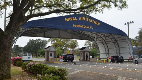 Entrada a la base aérea de Pensacola, que sigue cerrada tras el ataque del viernes