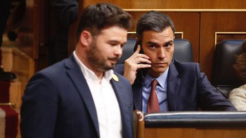 El presidente en funciones, Pedro Sánchez, mira a Gabriel Rufián (ERC) en el Congreso
