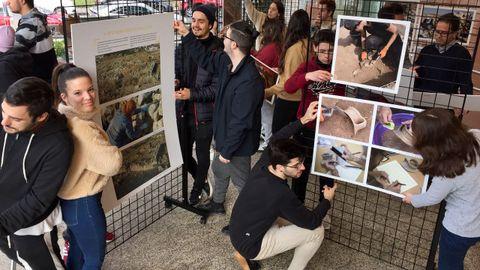 Alumnos del IES Leixa, montando la exposición de José Pardo que esta tarde se inaugura en el campus