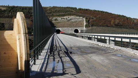 Un viaducto terminado, pero sin vías ni catenaria