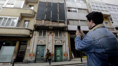 Limpieza viral. Fue un vecino del local la Barbería quien limpió esta fachada en la calle Orzán y que este arquitecto incluye en su recopilación del modernismo coruñés