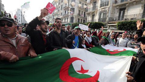 Las protesta reunión a varios miles de personas en el centro de Argel