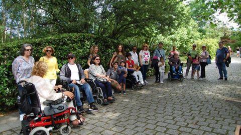 Asociados y voluntarios de Asempa durante una visita al botánico de Gijón