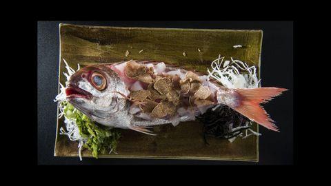 Kabuki Wellington. El Sashimi de besugo en carcasa lo completa el chef Ricardo Sanz con el aroma del tartufo bianco en una fusión de la cultura asiática y mediterránea.