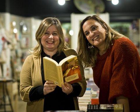 Esther Gómez, con la escritora Érica Esmorís, en Moito Conto
