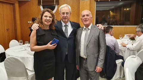 Álvarez, en el homenaje, con Fernando Bello Garnelo y María Jesús Fernández Ollero