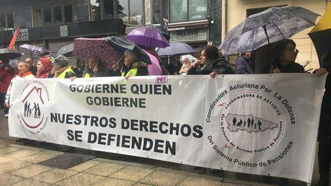 Jubilados defendiendo las pensiones ante la Junta General del Principado de Asturias, en Oviedo