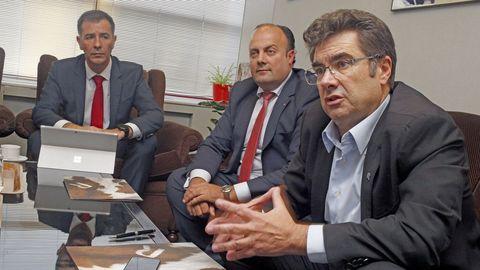 El consejero delegado del grupo, José Miguel García, a la derecha, acompañado de los dos gallegos de R en la cúpula directiva del grupo: en el centro, Alfredo Ramos, director comercial del segmento masivo, e Isidro Fernández, de empresas