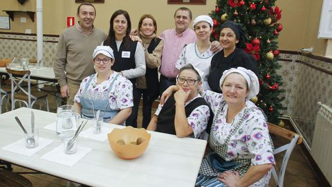 En la imagen, el equipo de la Cocina Económica, donde hoy se sirve una comida y una cena especial de Nochebuena